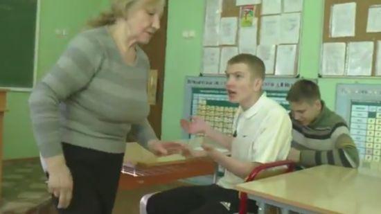 Издевательство над школьной учительницей (видео)