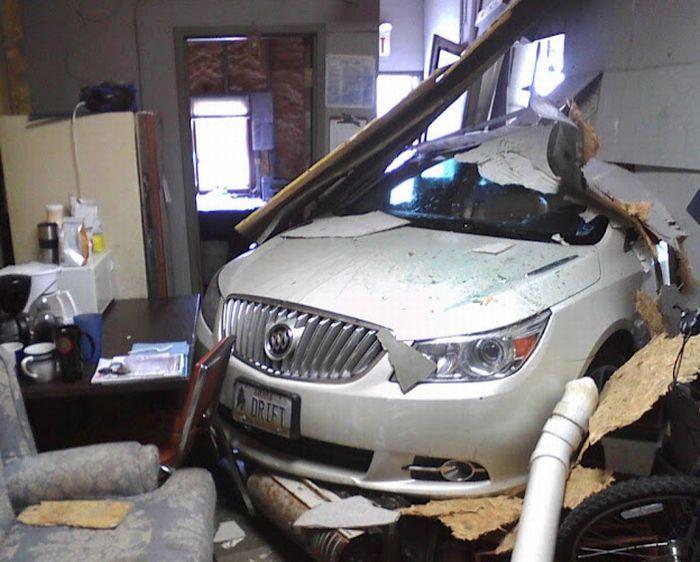 Машина влетела в офис (4 фото)