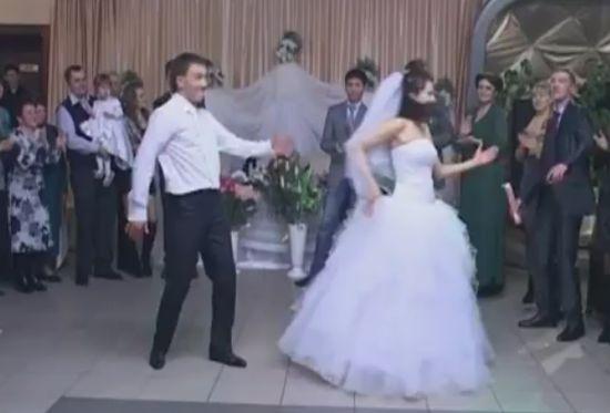 Такой свадебный танец надолго запомнится гостям (видео)