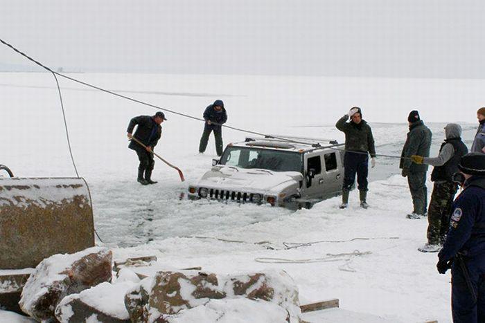 Два утопленных Hummer H2 в озере Балатон (12 фото)
