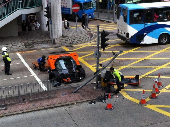 Pagani Zonda F разбили в Гонконге (10 фото)