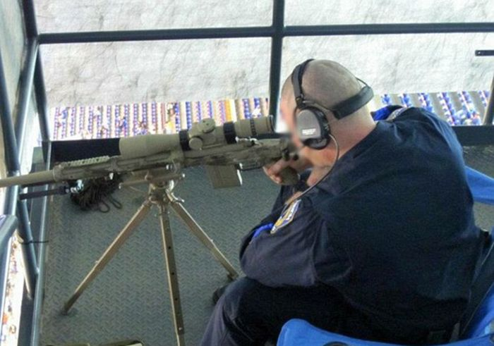 Снайпер на чемпионате Super Bowl (5 фото)