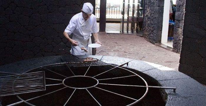 Испанский ресторан на вулкане (11 фото)