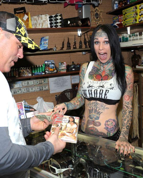 Татуированная модель (34 фото)