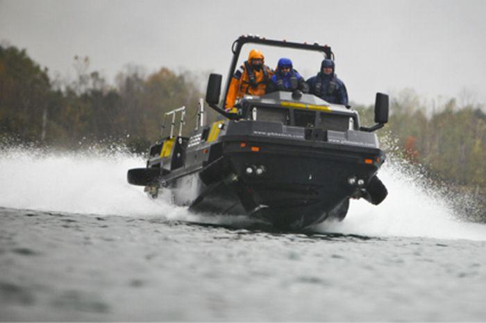 Грузовик, который трансформируется в лодку (8 фото)