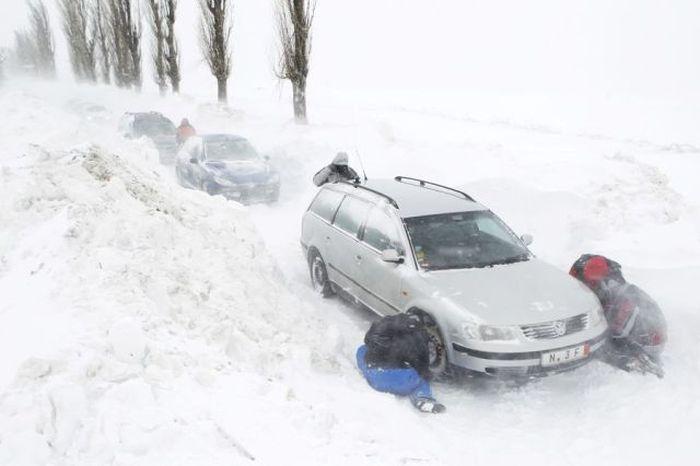 Румынская деревня, заваленная снегом (33 фото)