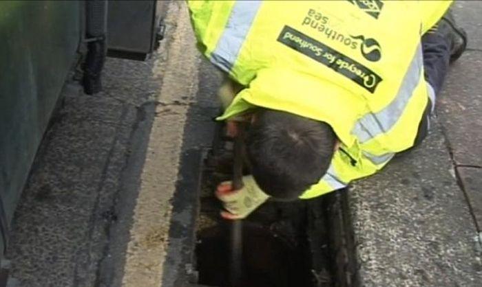 Клад в канализационном люке (3 фото)