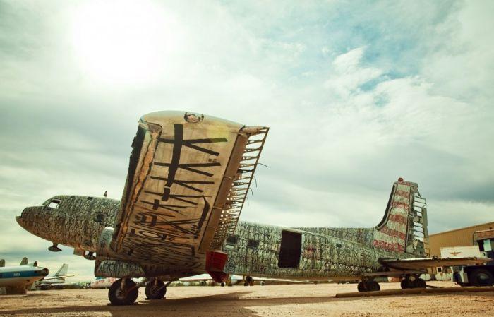 Граффити на самолетах (18 фото)