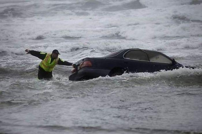 Женщина утопила автомобиль в океане (17 фото)