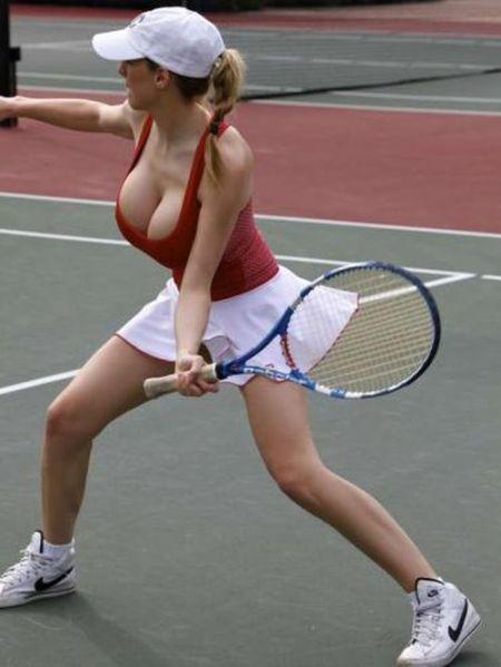 Jordan Carver играет в теннис.