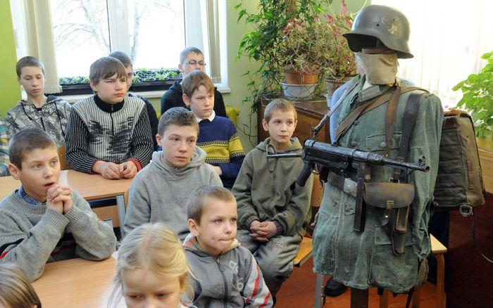Урок патриотизма в латвийской школе (9 фото)