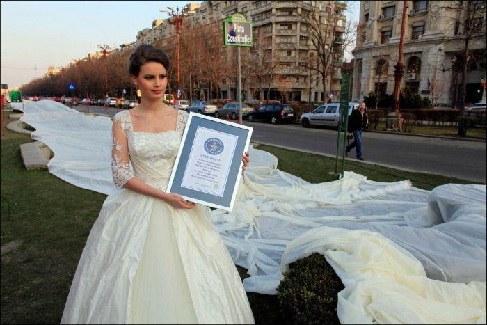 Свадебное платье с самым длинным шлейфом (4 фото)