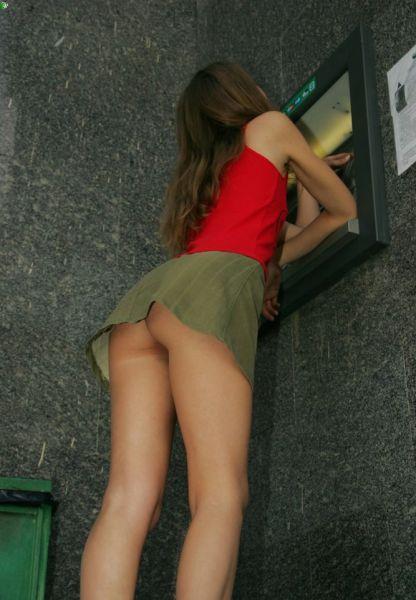 Девушки в коротких юбках (81 фото)