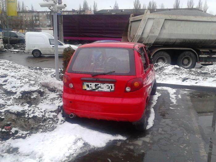 Автомобиль на киевской заправке (4 фото)