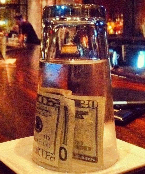 Как отомстить официанту (2 фото)