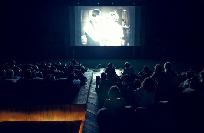 Кинотеатр на воде (9 фото)