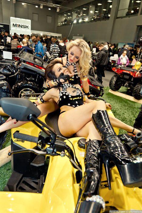 Девушки с выставки Мото-Парк 2012 (70 фото)