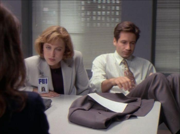 Агент Скалли подмигивает во время разговора (32 фото)