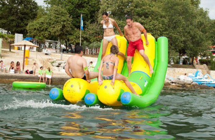 Надувной аквапарк (23 фото)