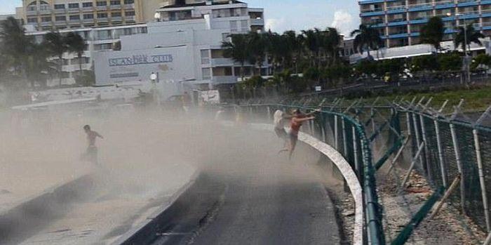 На пляже Махо чуть не убило девушку (6 фото + видео)
