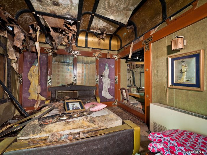 Заброшенный японский мотель (45 фото)