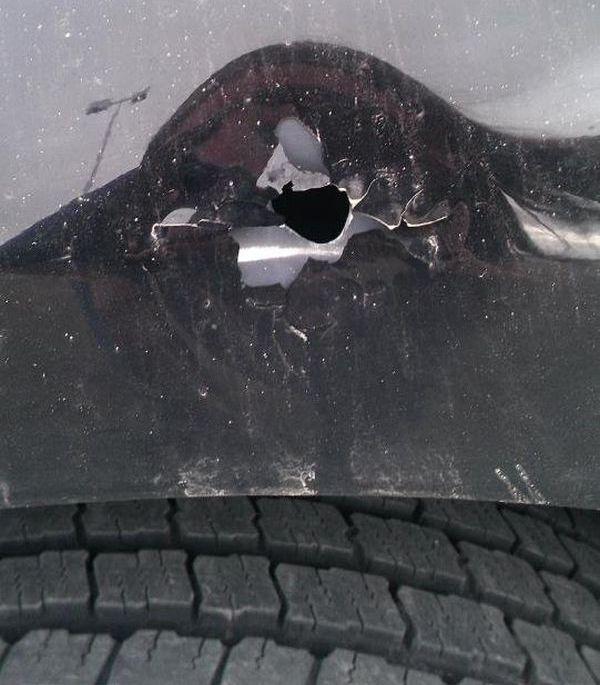 Простреленный автомобиль (4 фото)