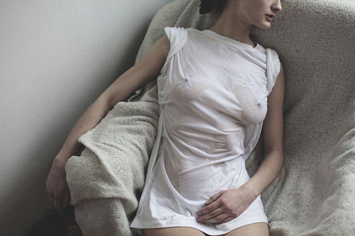 Мокрые белые футболки (15 фото)