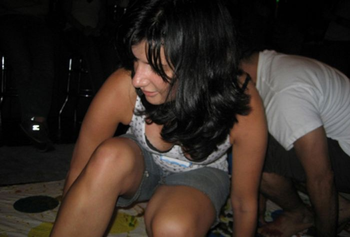 Пьяные девушки играют в Твистер (14 фото)