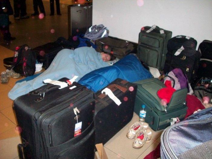 Спящие в аэропорту (18 фото)