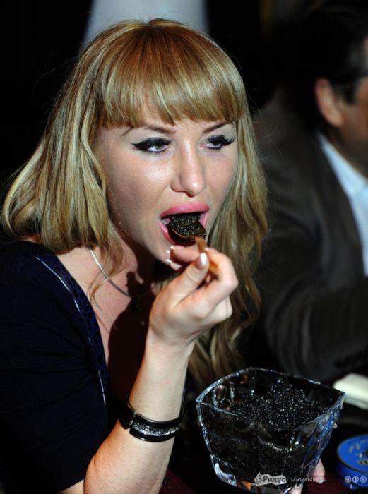 Конкурс на поедание черной икры (12 фото)
