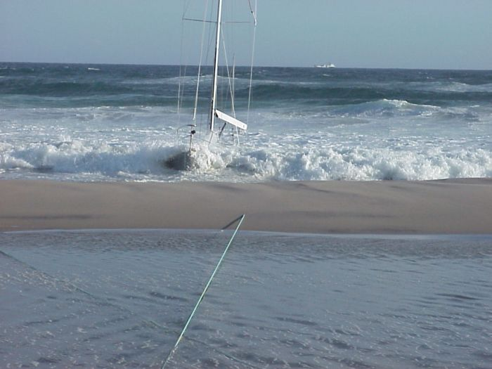 Затонувшая яхта (3 фото)