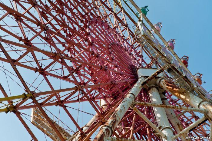 Заброшенное колесо обозрения в Японии (40 фото)