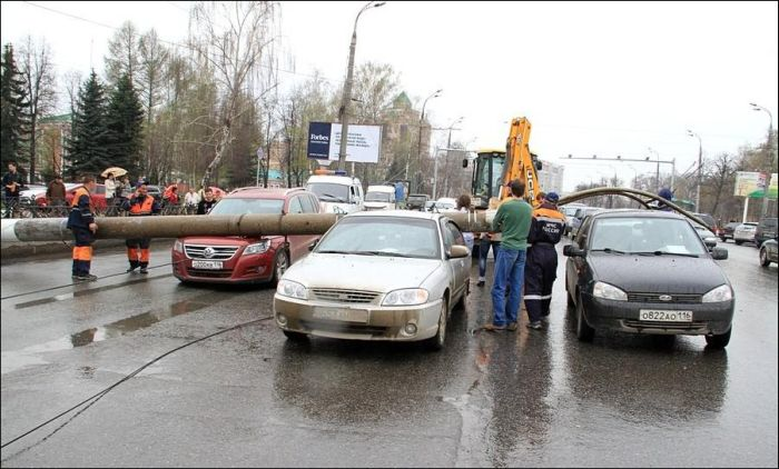 Падение столба в Казани (7 фото)