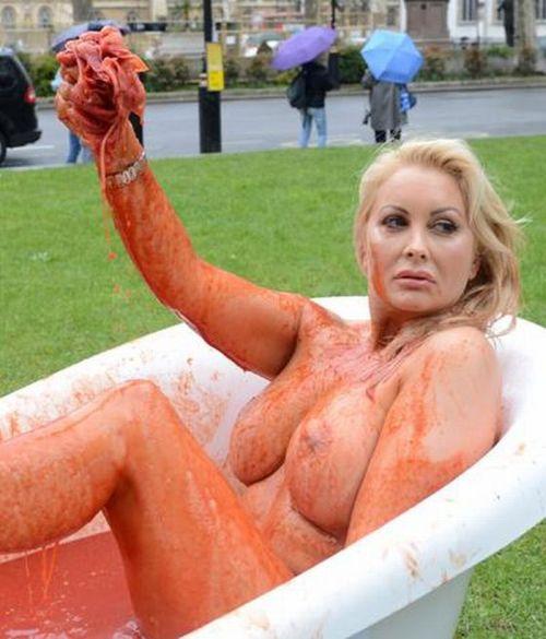 Модель из Playboy разделась на площади в Лондоне (6 фото)