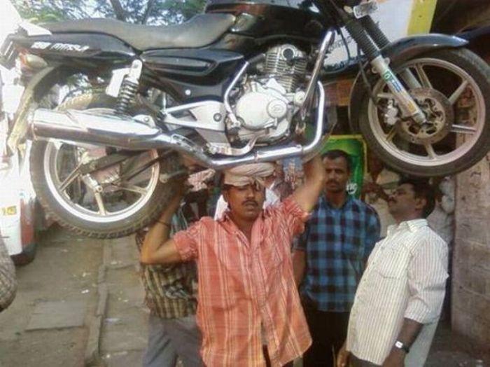 Мужчина и мотоцикл (4 фото)