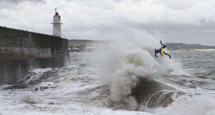 Опасный серфинг (4 фото)