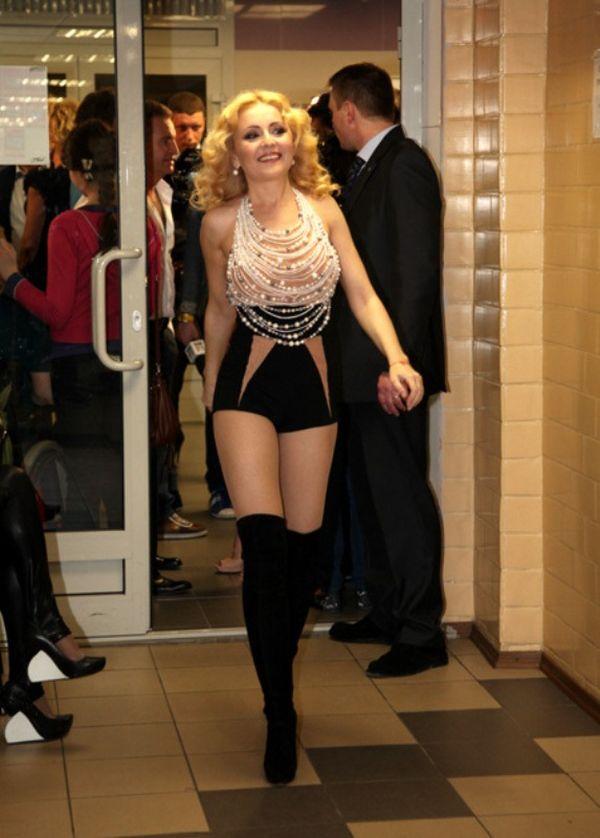 Анжелика Варум в откровенном костюме (5 фото)