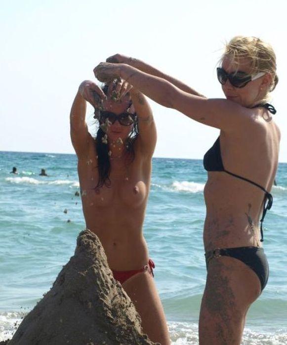 Девушки на пляже сиськи