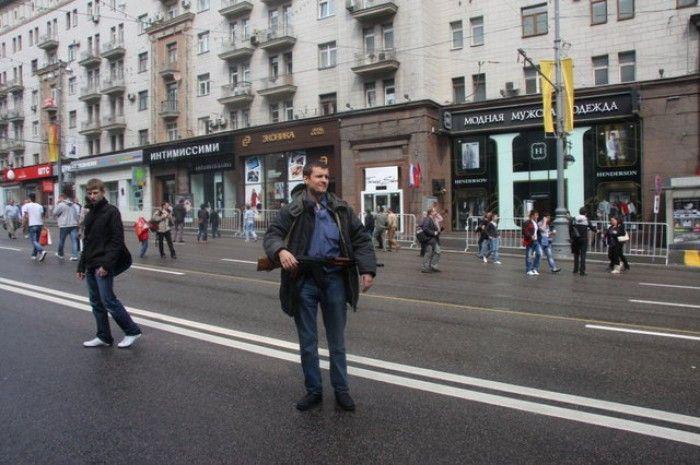 """Эксперимент: прогулка по Москве с """"Калашом"""" (10 фото)"""