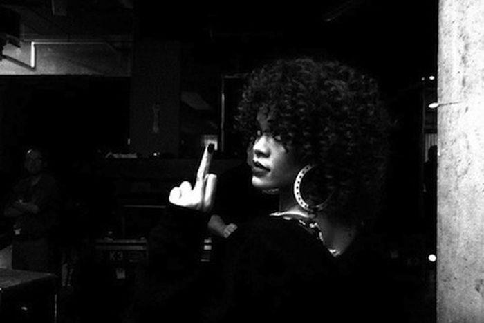 Рианна показывает средний палец (29 фото)
