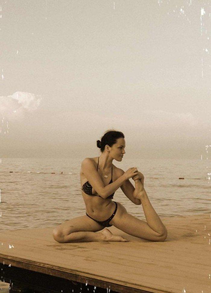 Даша Астафьева занимается йогой (9 фото)