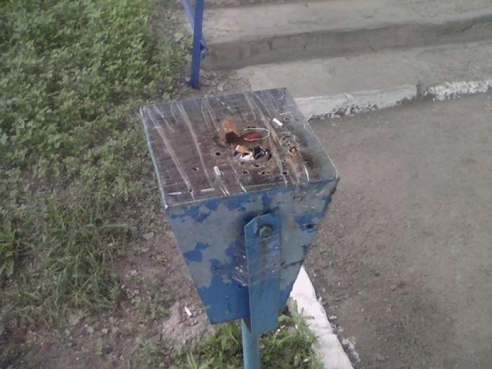 Антитеррористические урны на Украине (3 фото)