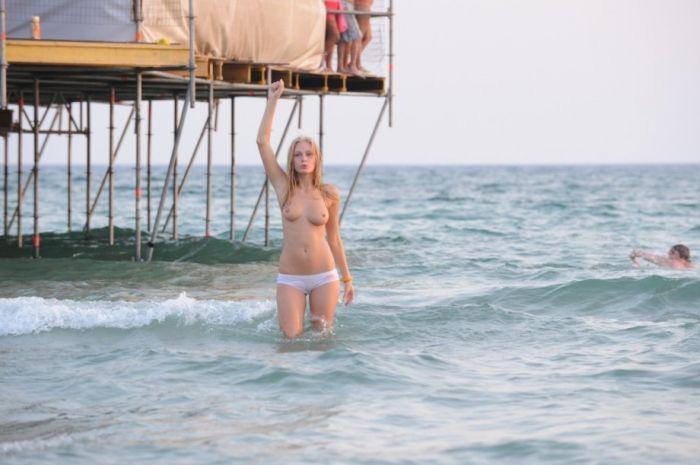 Девушка на пляже (40 фото)