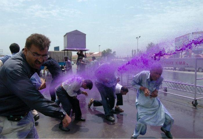 Цветная вода для демонстрантов (17 фото)