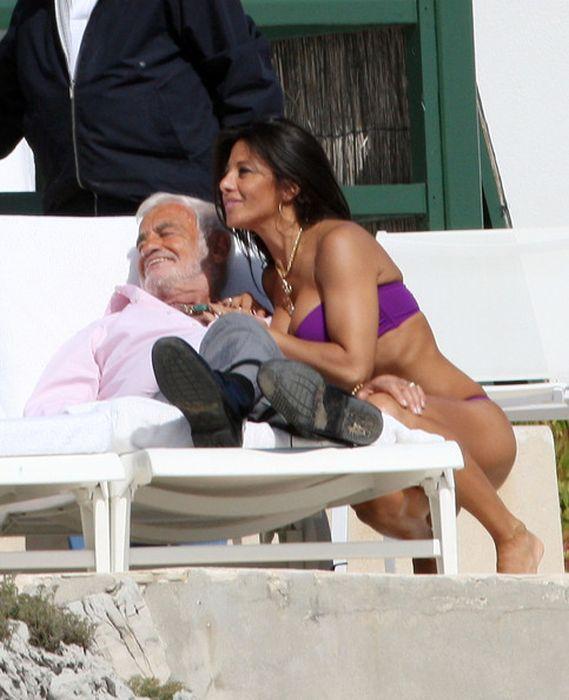 Жан-Поль Бельмондо со своей подругой (32 фото)