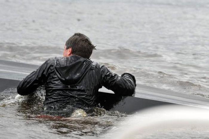 Лодка с министрами перевернулась в Германии (15 фото)