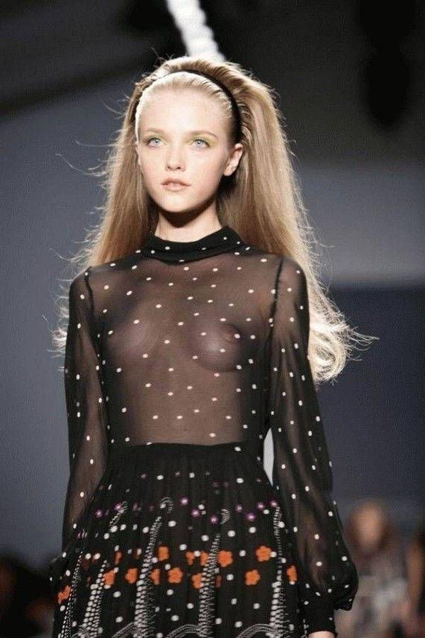 Модели в откровенных одеждах (20 фото)
