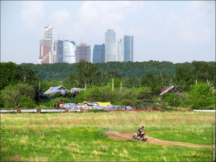 Москва на фоне деревни (4 фото)