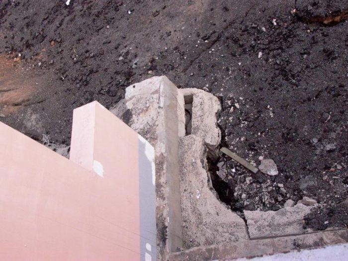 Дом на грани разрушения (9 фото)