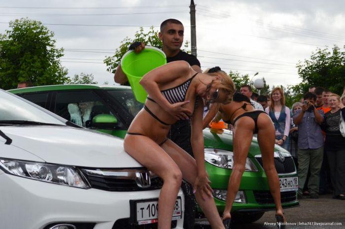"""Мойка авто в бикини и конкурс """"мокрых маечек"""" (18 фото)"""